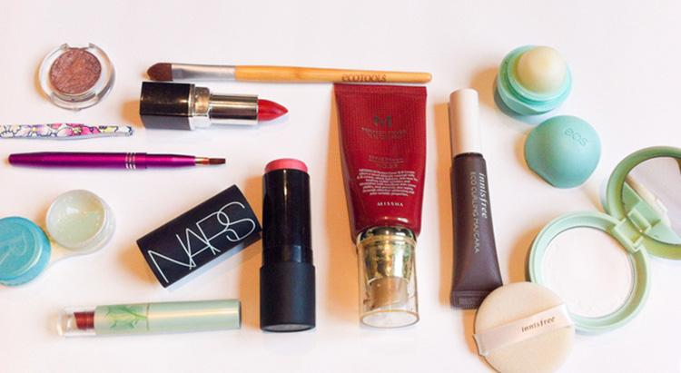 Minimalist Travel Makeup | SuitcaseandHeels.com